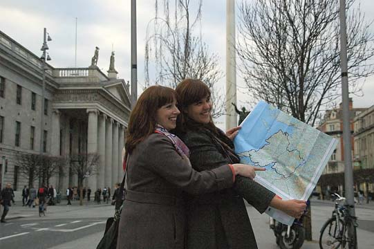 Cuimhneamh an Chl�ir Cuairteoir� Br�d McNamara and Tara Sparling standing in front of the GPO in Dublin